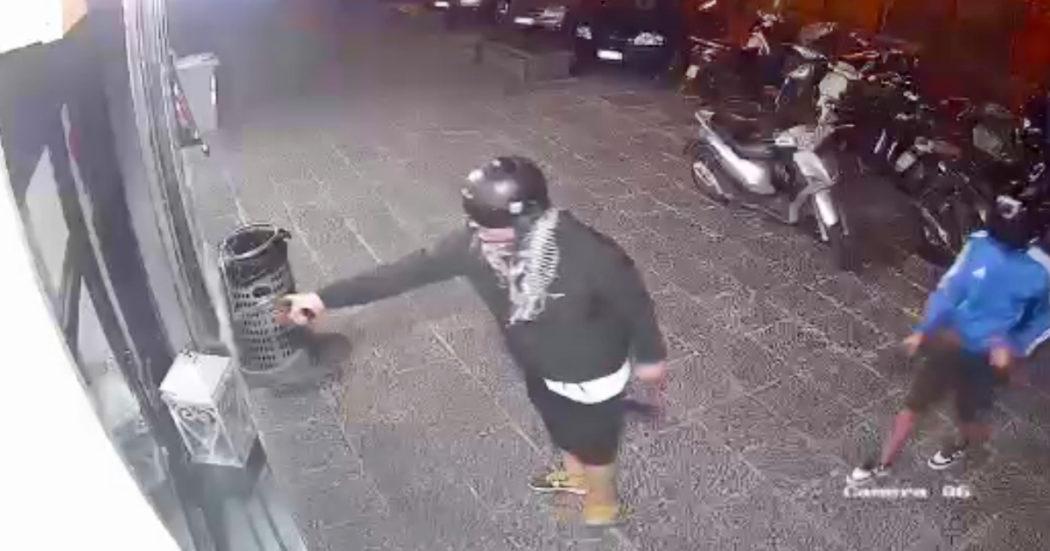 Napoli, agguato in piazza Mercato: i due killer ripresi dalle telecamere non sono stati identificati. E il pm vuole archiviare – Video
