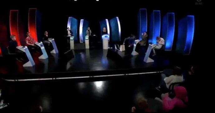 Concorrente di un quiz televisivo perde una sfida e distrugge lo studio: poi continua a sfogare la rabbia dietro le quinte