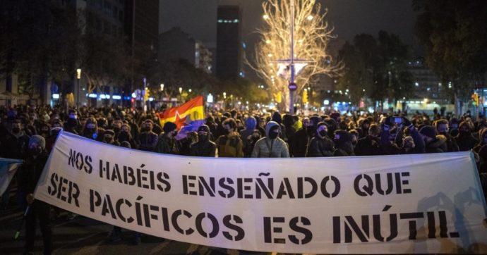 Spagna, proteste per l'arresto del rapper Pablo Hasél: il governo Sanchez diviso. E si complica anche la partita dell'esecutivo in Catalogna