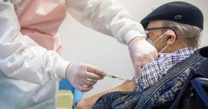 """Le giravolte del Veneto sui vaccini prima agli 80enni e poi ai più anziani. """"Lo dice il Piano nazionale"""": l'ultima giustificazione (infondata)"""