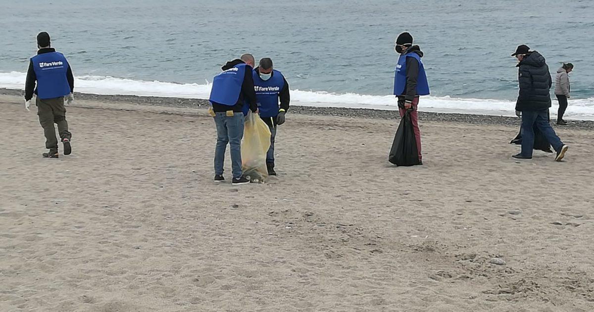 """Il mare d'inverno: al lavoro per ripulire le """"terre dei fuochi"""" sulle nostre spiagge"""