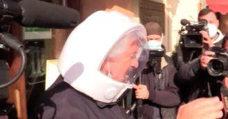 Roma, Grillo all'Hotel Forum per il vertice con il Movimento 5 stelle: il fondatore esce con un finto casco in testa