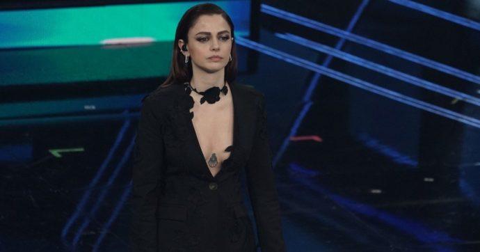 """Sanremo 2021, Annalisa va """"fuori di seno"""" sul palco dell'Ariston: la scollatura troppo profonda le gioca un brutto scherzo"""