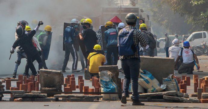Birmania, i militari sparano sui manifestanti: 38 morti in un giorno. È il bollettino più sanguionoso dal colpo di Stato