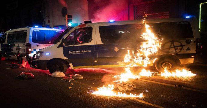 Barcellona, custodia in carcere per i sei italiani fermati durante gli scontri per l'incarcerazione di Pablo Hasel
