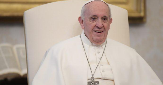 """Papa Francesco, """"un po' di febbre nella notte, ma prosegue le cure e si muove in autonomia"""". Ed è andato a visitare i bimbi in oncologia"""