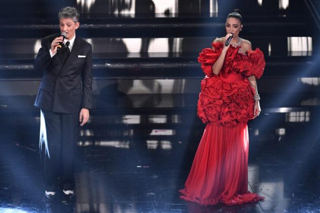 """Sanremo 2021, tutti i look di Elodie: dall'abito in stile """"Jessica Rabbit"""" a quello tutto fili – FOTO e VIDEO"""