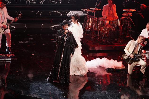 """Sanremo 2021, la diretta della quarta serata. Il monologo di Barbara Palombelli sulle donne: """"Studiate fino alle lacrime, lavorate fino all'indipendenza""""  – FOTO e VIDEO"""