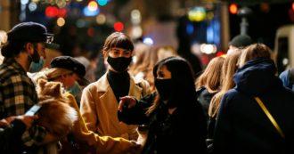 Assembramenti nelle zone della movida a Roma e Napoli. La polizia interviene per disperdere la folla: multe e piazze chiuse