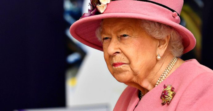 La regina Elisabetta 'preoccupata' per le accuse di razzismo: così evita di gettare benzina sul fuoco