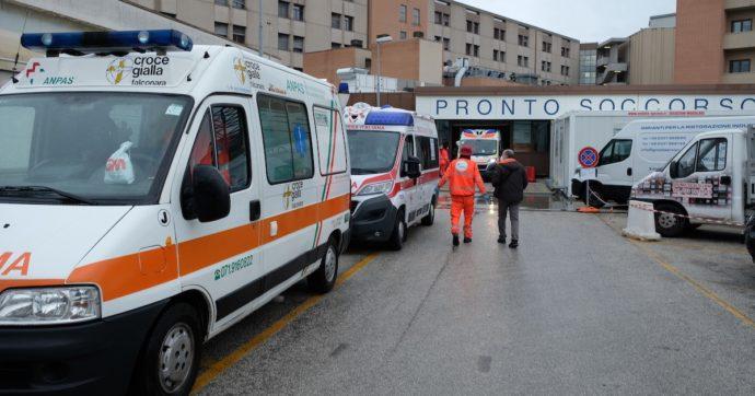"""""""Tre ambulanze con pazienti Covid in fila per 14 ore di fronte al pronto soccorso di Torrette, inaccettabile"""": la denuncia di Anpas Marche"""
