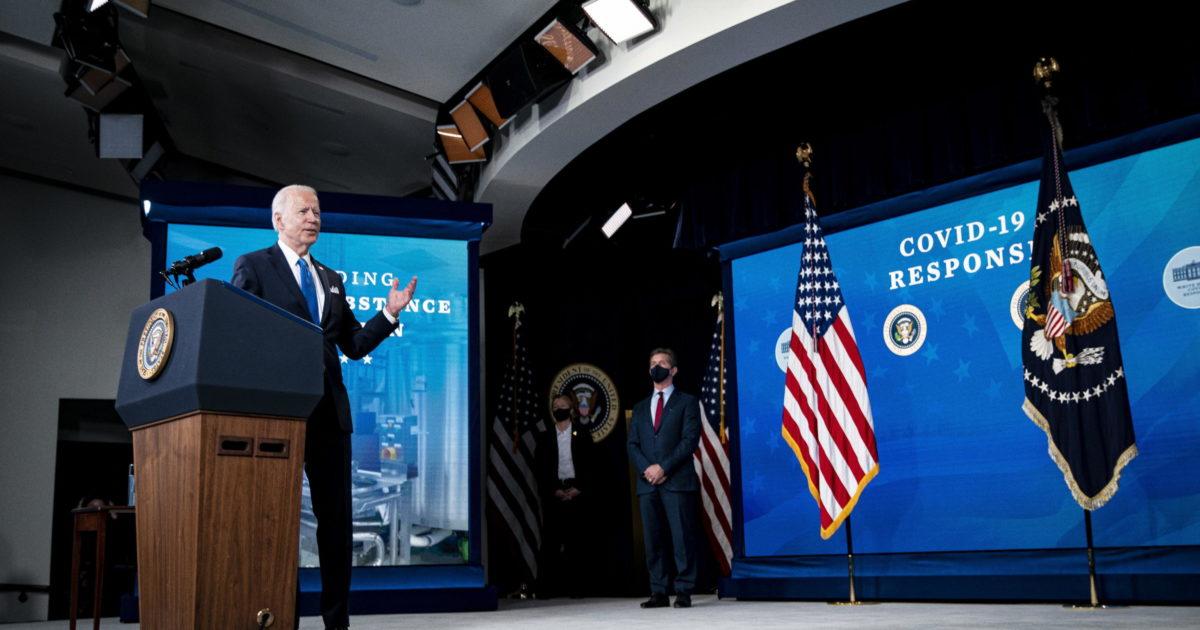 """Biden vara il mega piano di aiuti, c'è chi lo chiama il """"paladino dei poveri"""". E il Gop vota contro"""