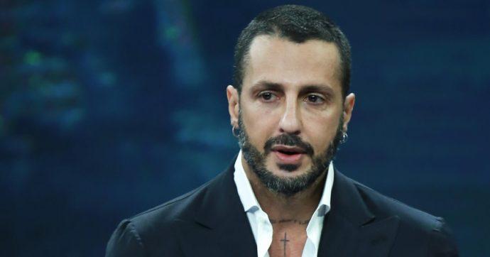 Fabrizio Corona torna ai domiciliari e posta la foto di un uomo impiccato insieme a una lettera