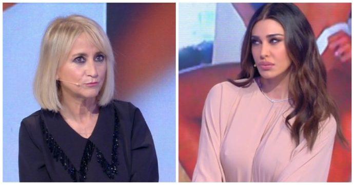 """C'è Posta Per Te, Luciana Littizzetto scatenata con Belen Rodriguez: """"Vestito pelle di salsiccia, ha i capezzoli sparati"""""""