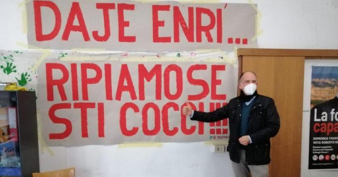 """Roma, Enrico Letta a sorpresa nel circolo Pd di Testaccio. L'accoglienza dei militanti tra applausi e striscioni: """"Ripiamose sti cocci!"""""""