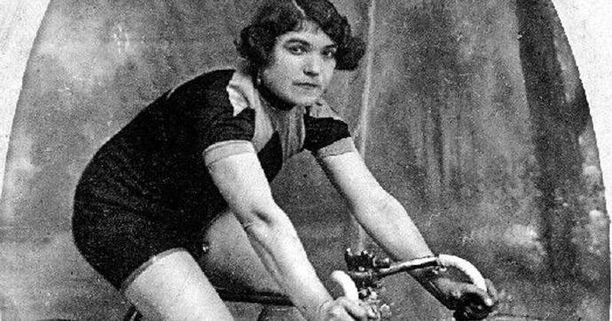 """Alfonsina Strada, 130 anni fa nasceva la prima donna a correre il Giro d'Italia: """"Gareggiava per pagare il manicomio del marito"""""""