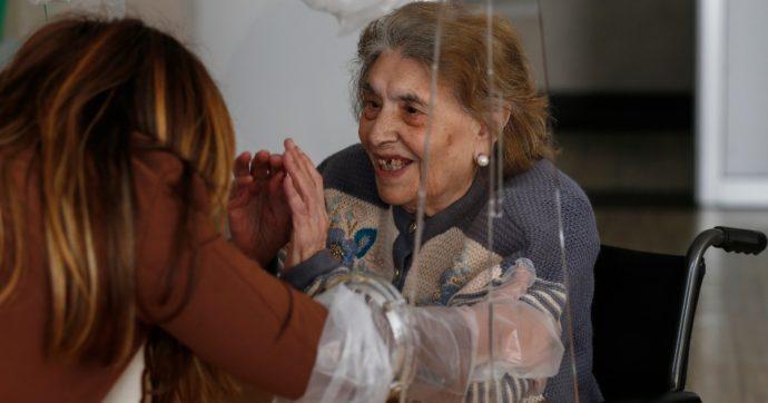 Vaccinati e isolati, per gli anziani nelle Rsa dopo le somministrazioni non c'è il piano per gli incontri con i parenti. E il lockdown continua