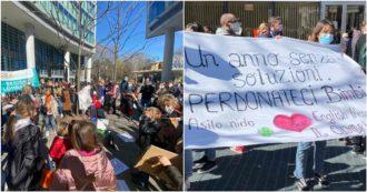 """Protesta sotto a Regione Lombardia, alunni ed insegnanti in presidio per la riapertura delle scuole. """"I bambini hanno bisogno di socialità"""""""