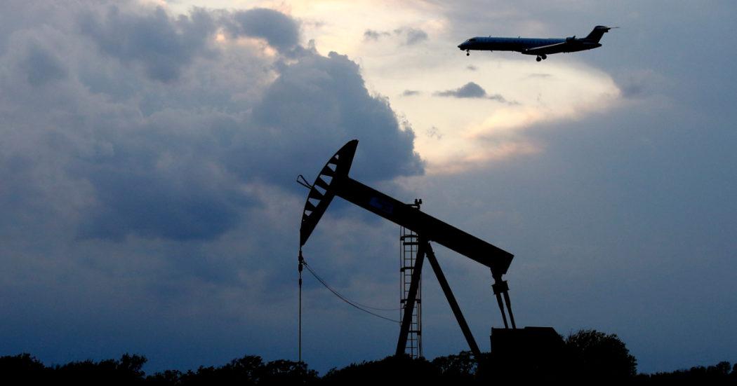 """Petrolio, la """"svolta verde"""" post Covid è all'indietro: consumi oltre i 100 milioni di barili al giorno nel 2023 e crescita fino almeno al 2026"""