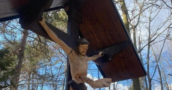 Savona, crocefisso in legno danneggiato dai vandali sul sentiero del castello di Cosseria