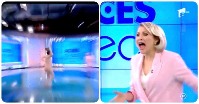 Donna entra nuda in uno studio televisivo e lancia un sasso contro la conduttrice: attimi di terrore in diretta