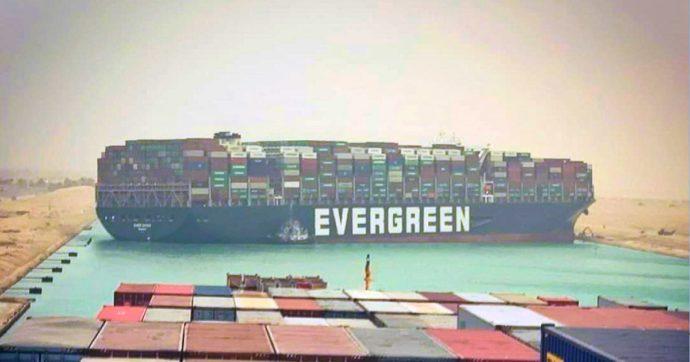 Cargo di 400 metri si arena nel Canale di Suez: centinaia di navi bloccate. Navigazione ripresa parzialmente