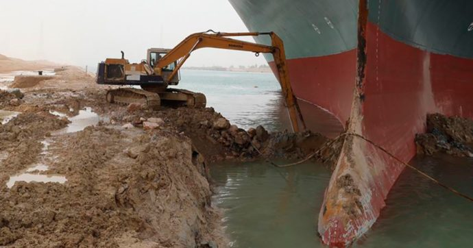 """Canale di Suez bloccato, Egitto: """"Navigazione riprenderà entro 72 ore"""". Bloomberg: """"Costosi ritardi per le aziende europee"""""""