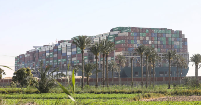"""Suez, Autorità del Canale: """"Non sappiamo quando la crisi finirà"""". Sono ormai 321 le navi in attesa. Si spera nelle maree"""