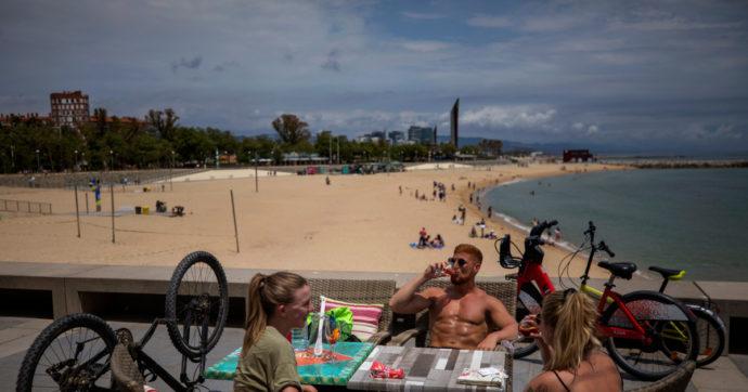 Spagna, meta privilegiata di turisti stranieri in fuga dai lockdown. Ma i residenti non possono spostarsi tra regioni