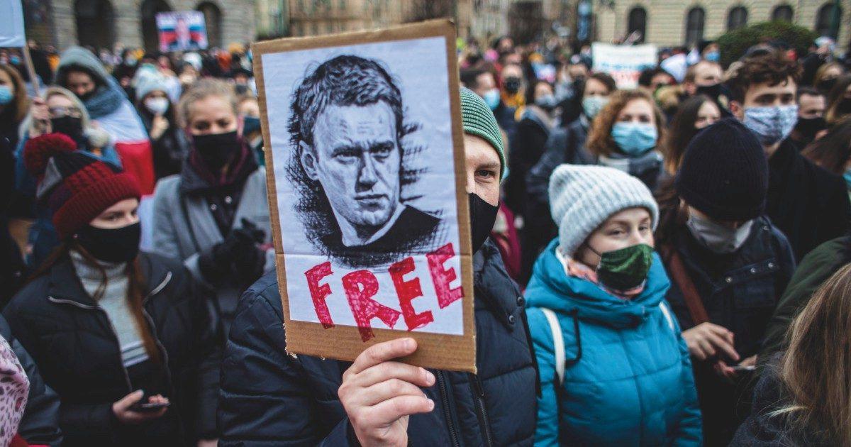 """Navalny senza sonno e sofferente: è iniziata la """"cura"""" del carcere"""