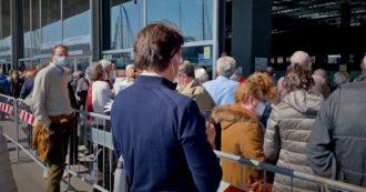 Genova, folla e code di anziani fuori dall'hub vaccinale a poche ore dall'inaugurazione con Toti e Figliulo