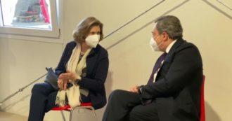 Covid, il premier Mario Draghi e la moglie vaccinati con Astrazeneca nell'hub della stazione Termini, a Roma