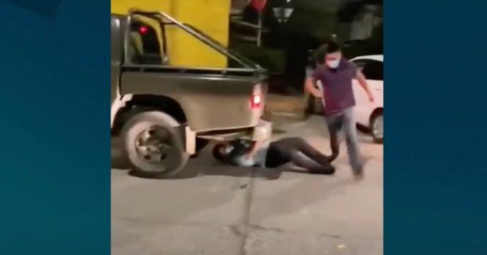 Prete celebra una messa clandestina e si lancia sotto una macchina per evitare l'arresto. Poi attacca la polizia a pugni