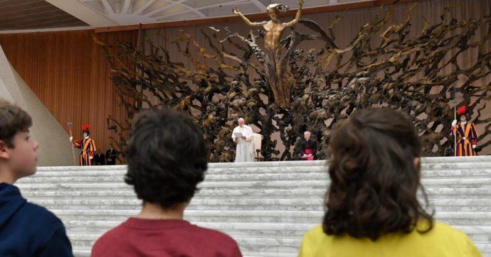 Per il suo biglietto augurale di Pasqua il Papa sceglie la scultura simbolo dell'Aula Paolo VI