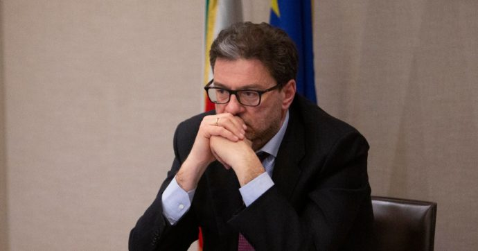 """La Elica di Fabriano delocalizza in Polonia: 400 esuberi. I sindacati contro Giorgetti: """"Assoluta indifferenza su vicende industriali"""""""