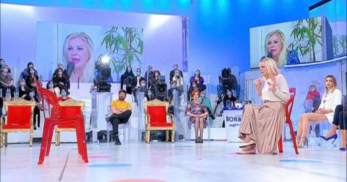 """Uomini e Donne, Tina Cipollari non si presenta in studio. Maria De Filippi: """"Sei agli arresti domiciliari?"""""""