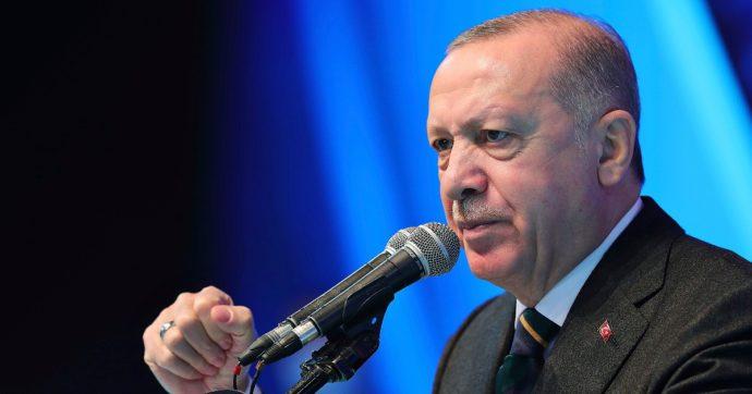 """Turchia, Erdoğan fa arrestare dieci ex ammiragli della Marina di Ankara: """"Attentato all'ordine costituzionale, alludono al golpe"""""""