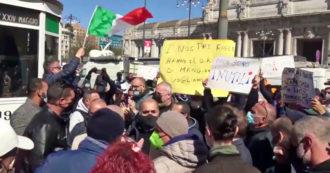 """Milano, gli ambulanti in protesta contro le restrizioni del governo: """"Non ce la facciamo più, siamo alla fame"""""""