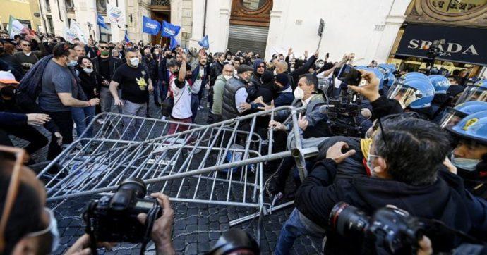 Roma, scontri tra ristoratori e polizia alla manifestazione in piazza Montecitorio: feriti alcuni agenti, diversi fermati