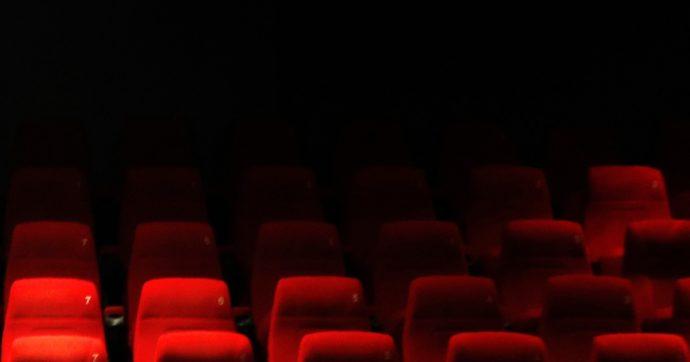 """Al cinema a guardare la messa mentre le sale sono chiuse da un anno. Il parroco: """"Non viene utilizzato per le proiezioni da 13 anni"""""""