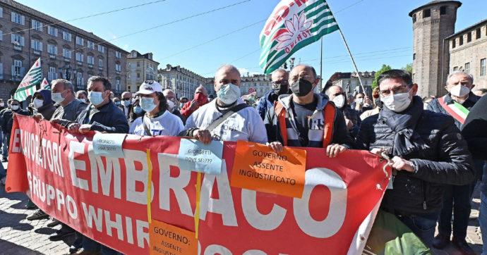 """Ex Embraco, i lavoratori tornano in piazza a 18 giorni dal licenziamento: """"La pazienza è finita"""". Il 15 aprile incontro tra Giorgetti, Zaia e Cirio"""