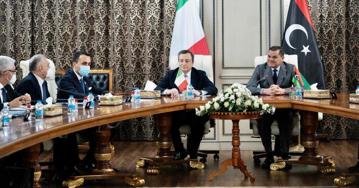 """Draghi in Libia per riallacciare i rapporti. E sui migranti elogia i """"salvataggi in mare"""""""