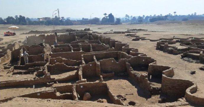 """Egitto, a Luxor ritrovata la 'città d'oro perduta': risale a 3mila anni fa. """"La seconda scoperta più importante da tomba di Tutankhamon"""" – Foto"""