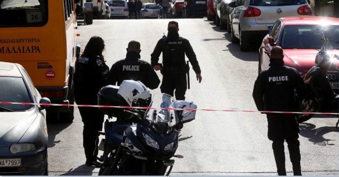 """Grecia, noto giornalista di cronaca nera Giorgos Karaivaz giustiziato davanti alla sua abitazione: """"Messo a tacere con i proiettili"""""""