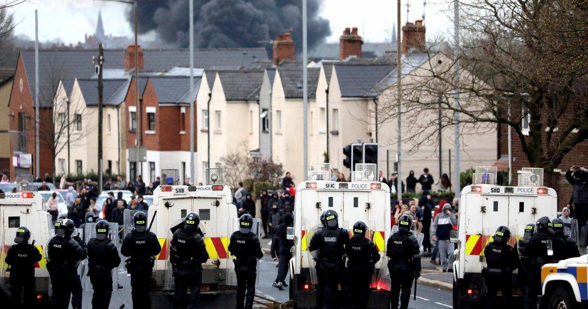 Gli unionisti bruciano i bus. È un messaggio per BoJo