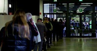 """Vaccini in Lombardia, corsa per completare over80. Caos e anziani in coda a Malpensa: """"Mia madre disabile fuori al freddo un'ora"""""""