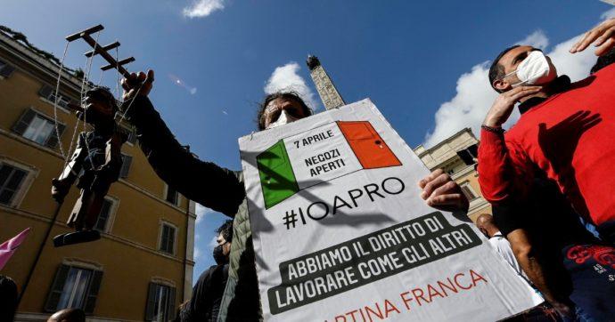 """""""Io apro"""", la questura di Roma nega la piazza di Montecitorio ai manifestanti: """"Già occupata"""". Ma i promotori: """"In arrivo 130 pullman"""""""