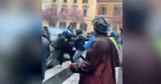 Roma, gruppo di manifestanti del movimento 'IoApro' blocca il traffico e viene caricato dalla polizia: il video delle tensioni