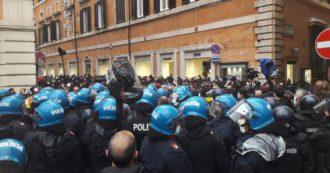 Roma, sit in IoApro: disordini in via del Corso, momenti di tensione e cariche della polizia. L'arrivo di Casapound: lanci di bombe carta