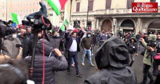 """""""Io Apro"""", l'arrivo di Casapound alla manifestazione a Roma: """"Fateci andare a Montecitorio"""". Lanci di bottiglie e bombe carta"""